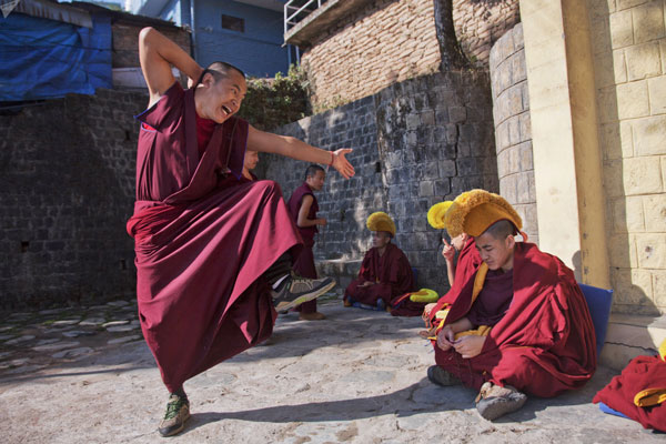 Standing monk, 2 sitting yellow hat monks